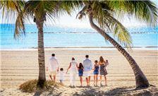 Familia paseando en la playa