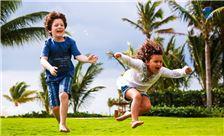 Niños jugando y diviertiéndose