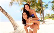 Adolescentes diviertiéndose en la playa